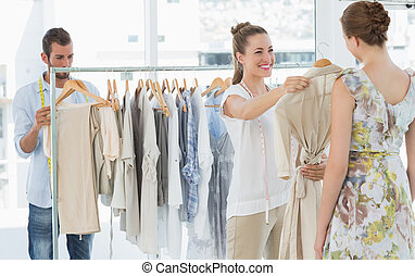 venditore, porzione, acquirente, scegliere, vestiti, in, negozio