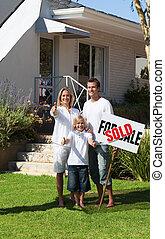 vendu, famille heureuse, tenue, signe