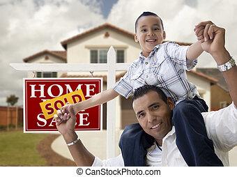 vendu, père, maison, fils, hispanique, devant, signe