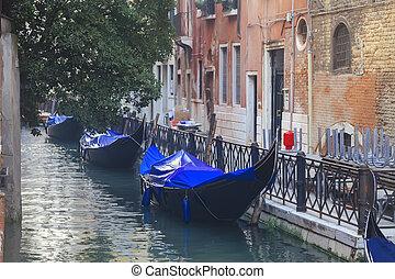 veneciano, góndolas, en, estrecho, canal