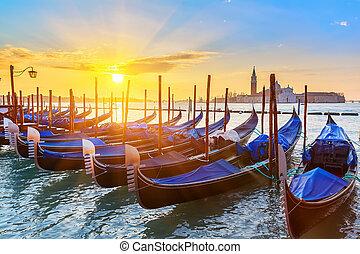 veneciano, góndolas, salida del sol