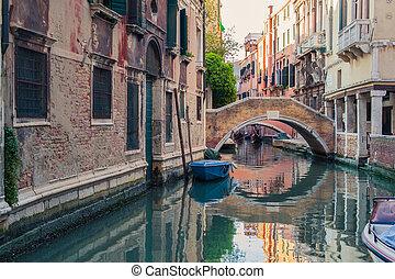 veneza, canal, com, gôndolas