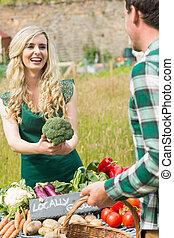 venta, orgánico, joven, hembra, granjero, bróculi