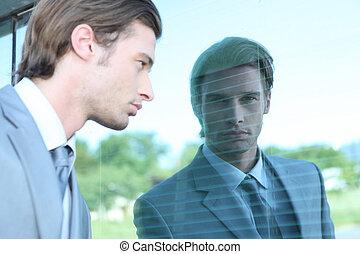 ventana, hombre, por, joven, Mirar