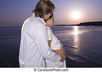 ventende kobl, på, strand, kigge hos, solopgang