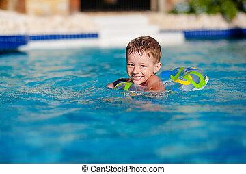 verão, ao ar livre, inflável, guarda, anel, crianças, day., pequeno, relaxante, sol, erupção, tropicais, recurso, quentes, feliz, desgastar, coloridos, proteção, junte menino, crianças, swim., aprender, tocando, natação