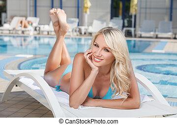 verão, cabeça, dela, convés, beauty., jovem, mão, alegre, biquíni, mentindo, segurando, cadeira, piscina, mulheres