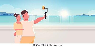 verão, conceito, foto, selfie, smartphone, mar, retrato, paisagem, ficar, férias, câmera, segurando, praia, obeso, mulher, par, vara, horizontais, homem, levando, litoral, junto, magra