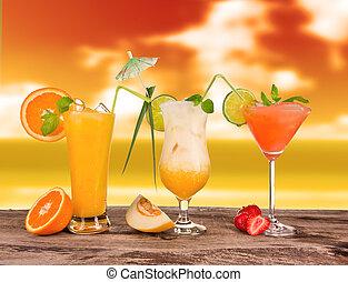 verão, coquetéis, em, pôr do sol, com, borrão, praia, experiência