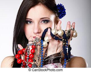 verão, menina, abundância, de, jóia, contas, em, mãos