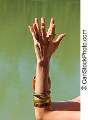 verão, mulher, ioga, mudra, prática, lago, ao ar livre, closeup, mãos, meditação, dia, gesto