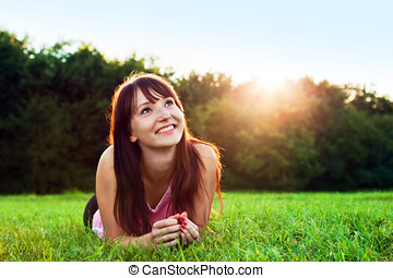 verão, mulher, jovem, pôr do sol, bonito, sorrindo, capim, mentindo
