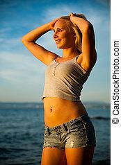 verão, mulher, jovem, quentes, praia ocaso, dia