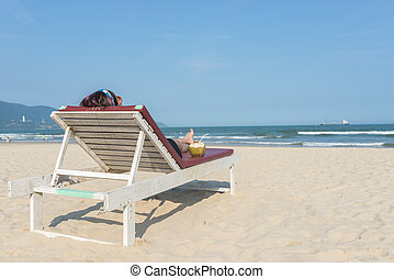 verão, mulher, mentindo, arenoso, cadeira, praia, vista traseira