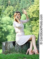 verão, mulher, parque, jovem, sentando