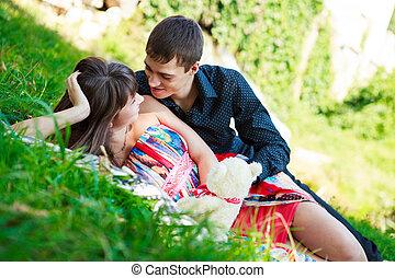 verão, parque, par, flertar, ensolarado, feliz