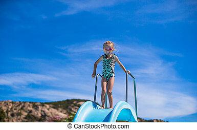 verão, pequeno, aquapark, corrediça água, menina, feriado