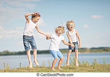 verão, tocando, crianças, prado, três