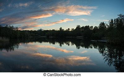 verão, vibrante, águas, lago, refletido, pôr do sol, pacata