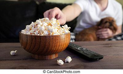 ver, gezouten, schouwend, houten kom, dog, bankstel, tv, achtergrond, popcorn, tafel., rood, man