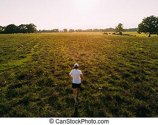 verano, corre, t-shirt., season., campo, espalda, joven, macho, vista, blanco, hombre, caucásico, sunset.