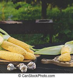 verano, jardín, parrilla, de madera, maíz, jugoso, amarillo, mentiras, verde, contra, tabla, hojas, fondo