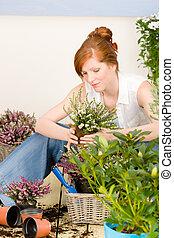 verano, mujer, flor del jardín, terraza, pelirrojo, potted