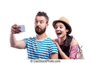 verano, pareja, toma, smartphone, selfie, ropa