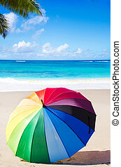 verano, plano de fondo, con, arco irirs, paraguas