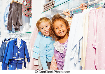 verbaasd, jongen en meisje, toneelstuk huid-en-zoekt, in, winkel