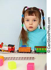 verbaasd, kind, en, speelbal, spoorweg
