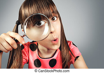 verbaasd, kind, meisje, kijken door, vergrootglas, grondig, concept