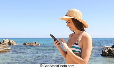 verbaasd, toerist, in, bikini, controleren, telefoon, op...