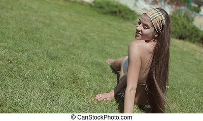verbazend, meisje, in, een, witte bikini, het liggen op het gras, in het water, park