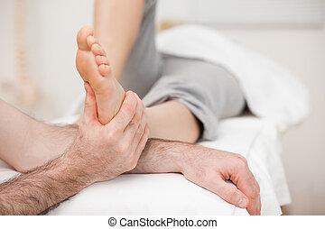 verbuiging, hebben, terwijl, voet, been, masseren, vrouw