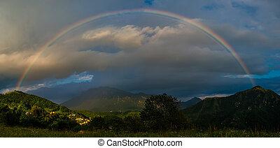verdadero, arco irirs, montañas, ocaso, sobre, aldea, pequeño