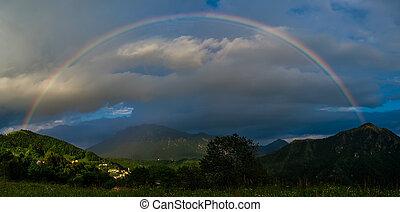 verdadero, arco irirs, sobre, un, pequeño, aldea, en las montañas, en, ocaso