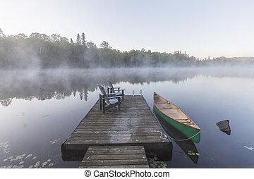 verde, canoa, y, muelle, en, un, brumoso, mañana, -, ontario, canadá