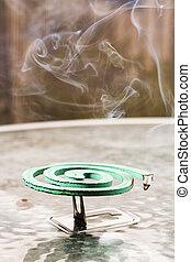 verde, fumigator, encima, mesa de vidrio