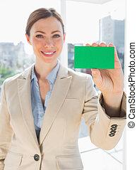verde, scheda, affari, presa a terra, sorridente, donna d'affari, su