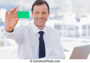 verde, scheda, affari, presa a terra, sorridente, uomo affari