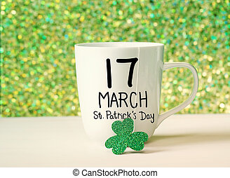 verde, trifoglio, con, tazza bianca