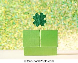 verde, trifoglio, ornamenti, con, blocchi legno