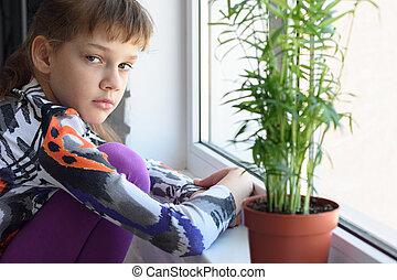 verdrietige , alleen, meisje, windowsill, thuis, potloden, verlekkeert