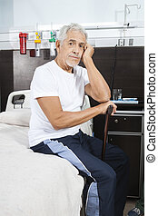 verdrietige , hogere mens, vasthouden, stok, op, rehab, centrum