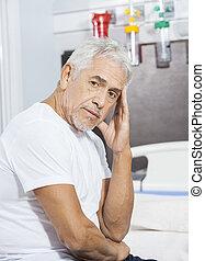 verdrietige , mannelijke , patiënt, zitting op het bed, op, rehab, centrum