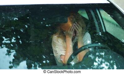 verdrietige , meisje, het schreeuwen, in, de, auto., regen,...