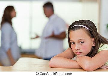 verdrietige , meisje, met, vecht, ouders, achter, haar