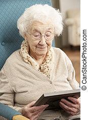 verdrietige , oude vrouw, kijken naar van foto, in, frame