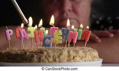 verdrietige , oude vrouw, kijken naar, verjaardagstaart, met, verlichting, kaarsjes